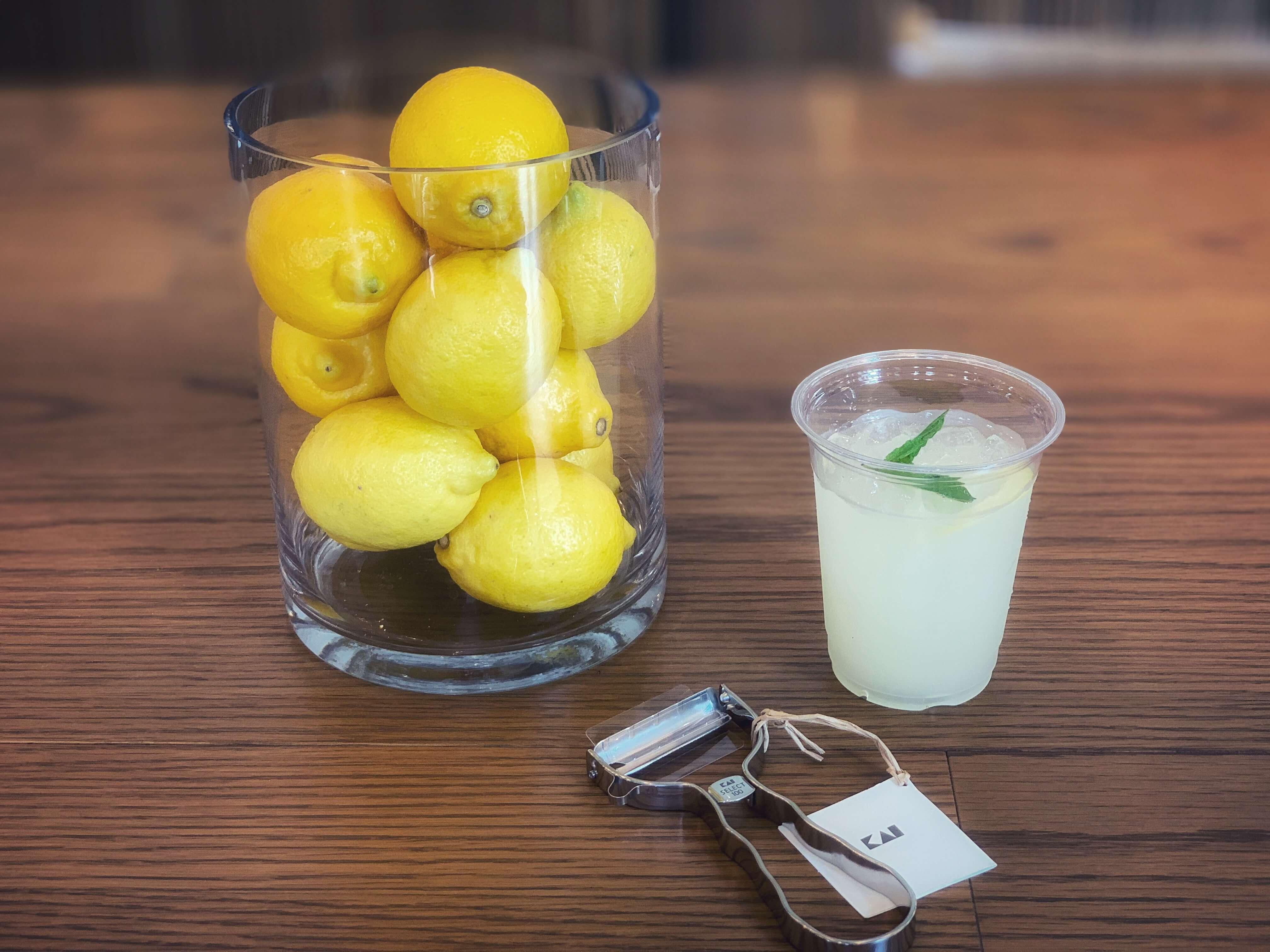 テーブル上に置かれる貝印ピーラーとレモン