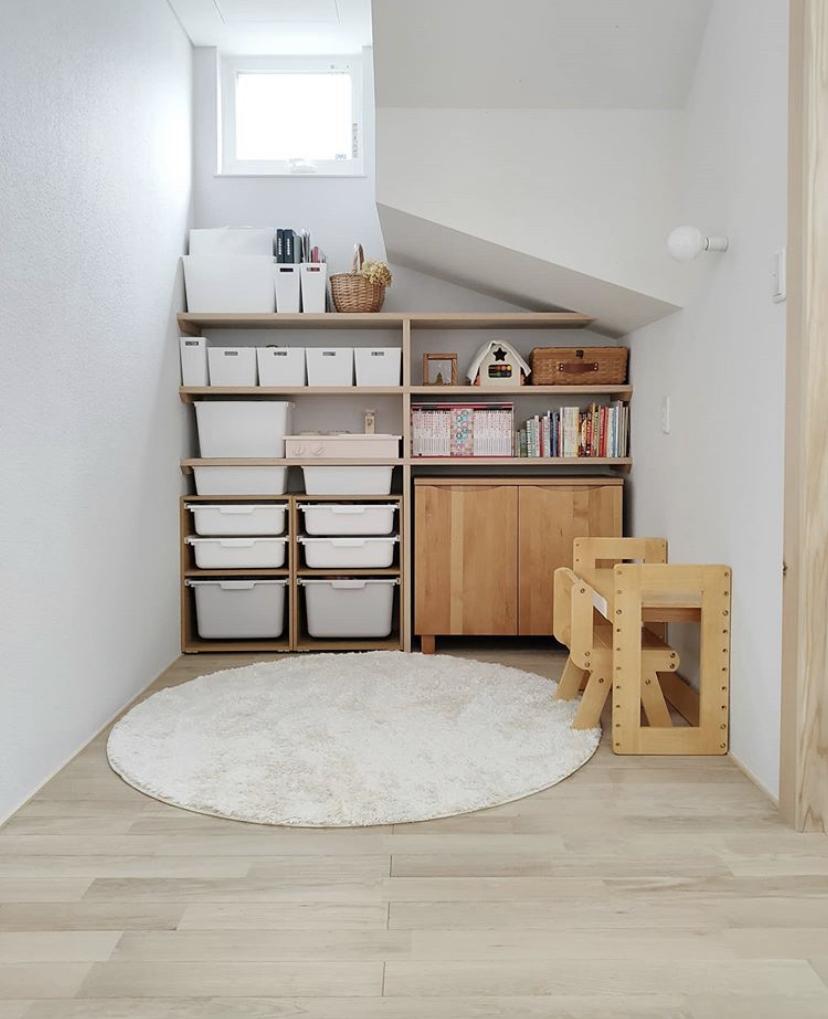 スペースを活用!片付け上手な人の「階段下収納」アイデア10選
