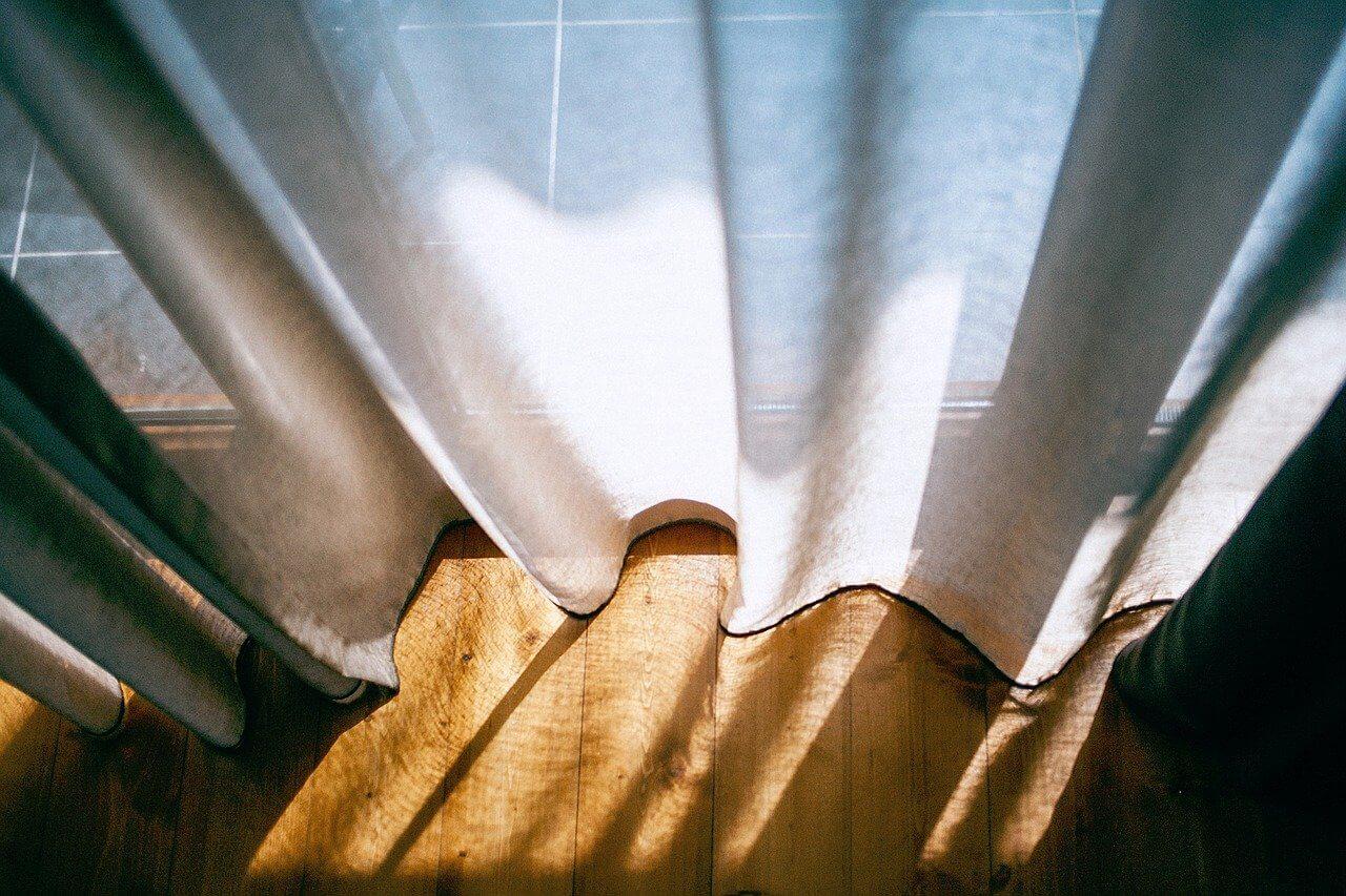 カーテンのカビを発見したらすぐに対策。洗濯の方法を紹介