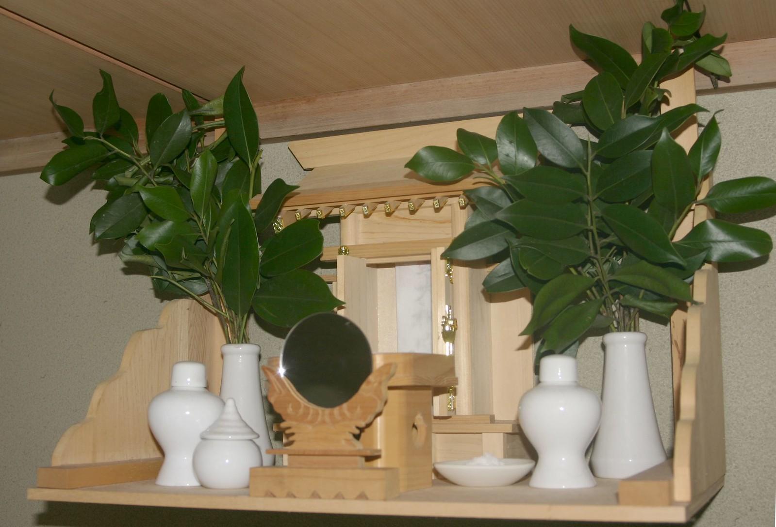 神棚の正しい配置とは。お神札(おふだ)やお供え物の正しい置き方を紹介