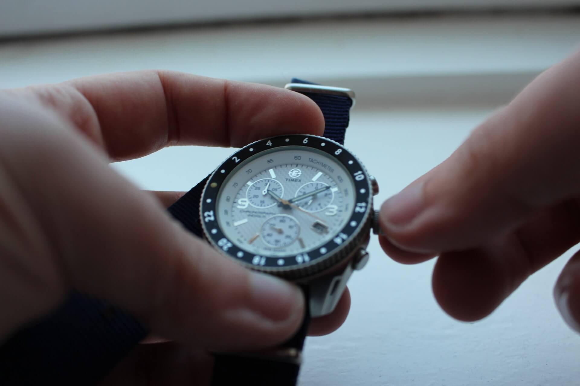 腕時計が動かない!考えられる原因と電池交換の方法