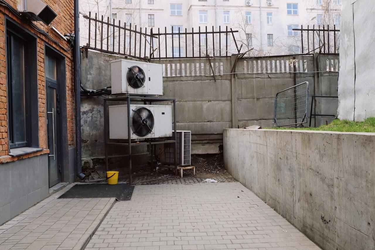エアコンの室外機から水が出るのはなぜ?異常な水漏れとの見分け方も