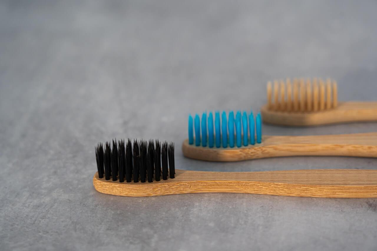 歯ブラシホルダーのおすすめ商品は?基本の選び方から素材別の特徴も