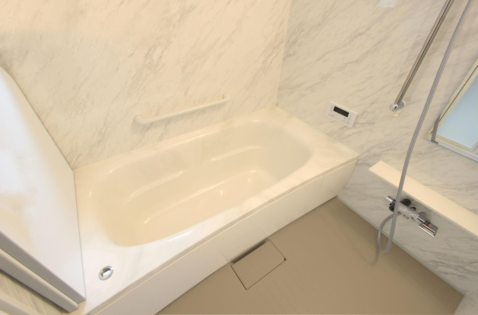 浴室には暖房器具を置くべき?選び方や電気代、後付けできる機種も