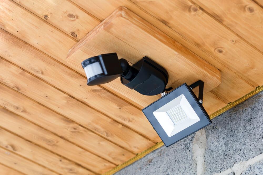 防犯ライトのおすすめ12選!ソーラー式やカメラ付きのモデルも紹介