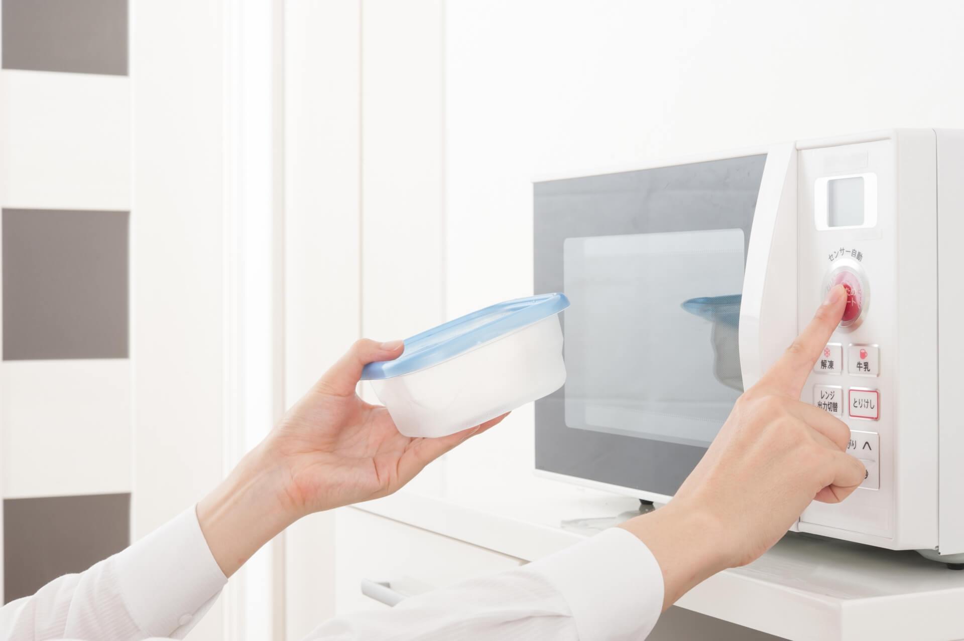 電子レンジをきれいに掃除しよう!重曹やクエン酸を使う手順を紹介
