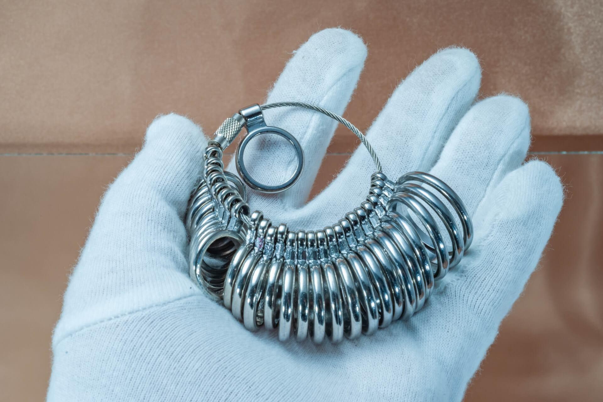 結婚指輪や婚約指輪のサイズ直しをしたい!料金や調整方法、注意点